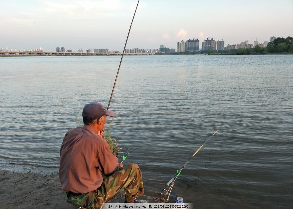 海边钓鱼背影