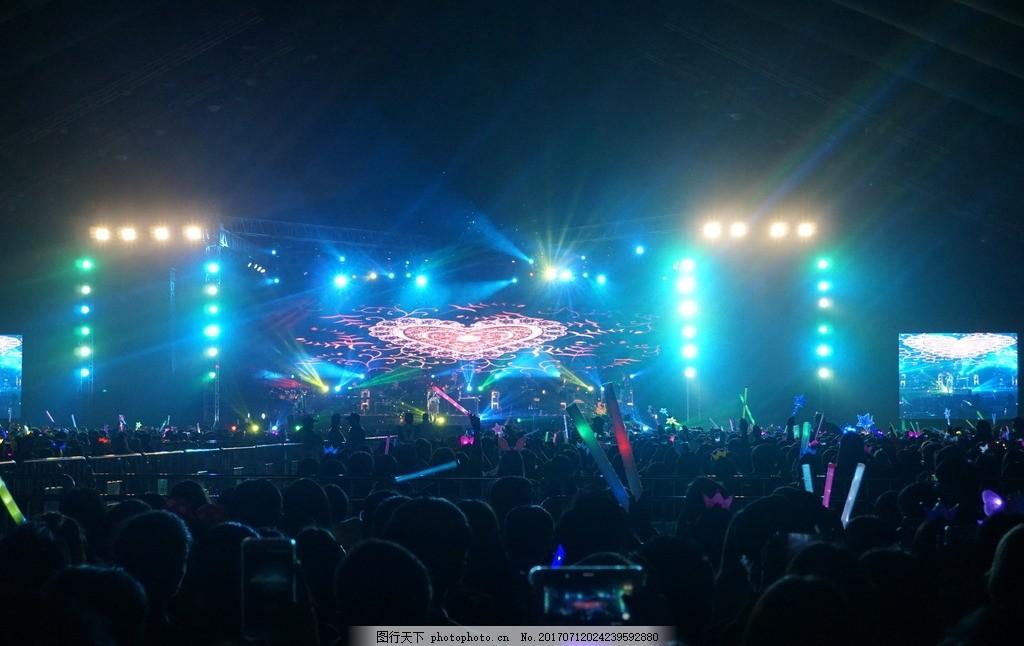 演唱会现场 现场演出 音乐演出 音乐表演 聚光灯 光束 表演者