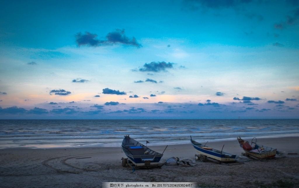大海滩船舶 大海边的鱼船 小船 帆船 沙滩 晨光的大海 日出海平线
