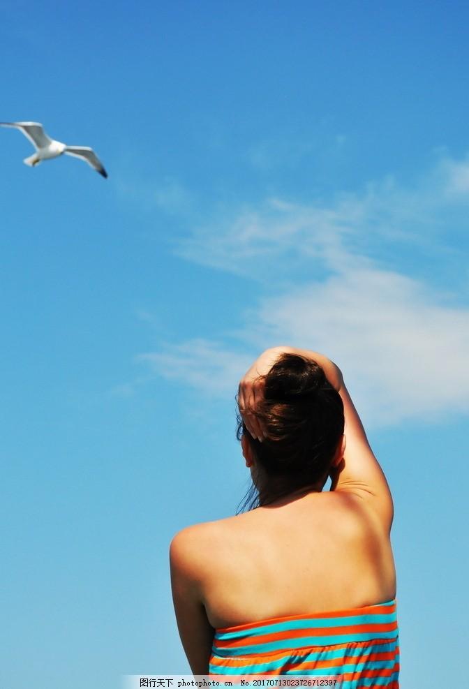个性美女背影 蓝天 白云 云朵 手机 手机美女 人物背影 人物速写