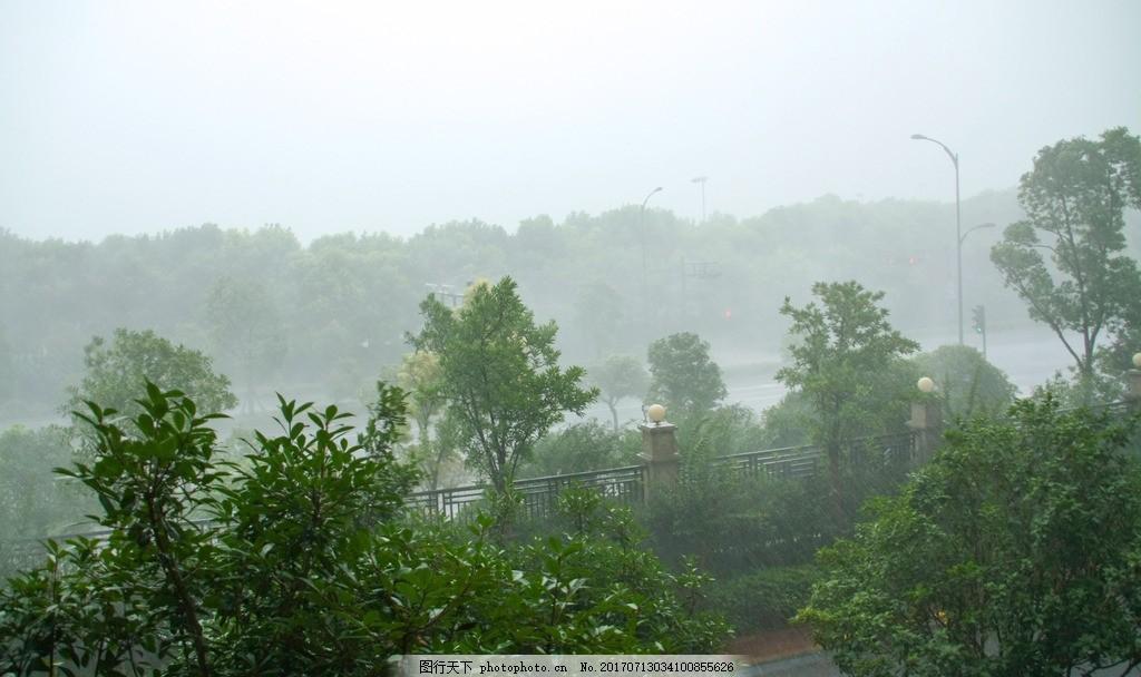 下雨时乡村自然风景