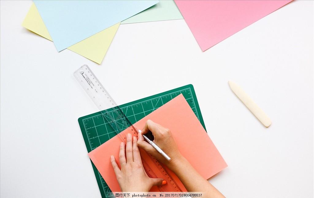 画图 纸张 笔手 蓝色 红色 米尺 摄影 美术绘画