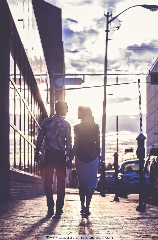 约会情侣背影 街头 街上 逛街 手牵手 拉手 热恋情侣 恩爱情侣图片